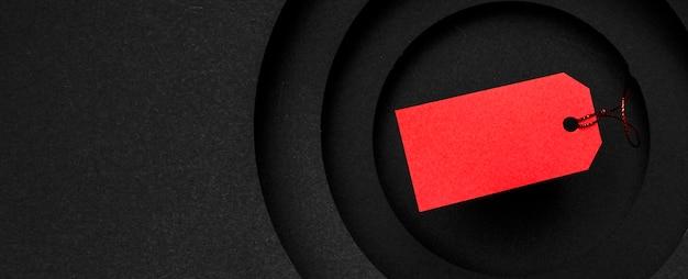 Rood prijskaartje op exemplaar ruimte zwarte achtergrond Gratis Foto