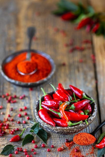 Roodgloeiende pepers als ingrediënt in een vegetarische harissa-snack. traditionele zelfgemaakte adjika van tunesische en arabische keuken. Premium Foto