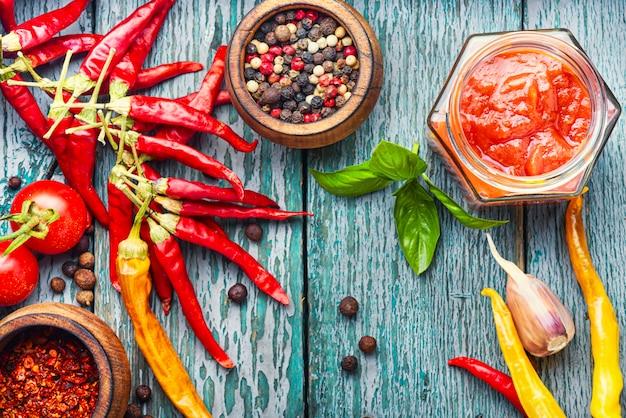 Roodgloeiende spaanse pepersaus Premium Foto