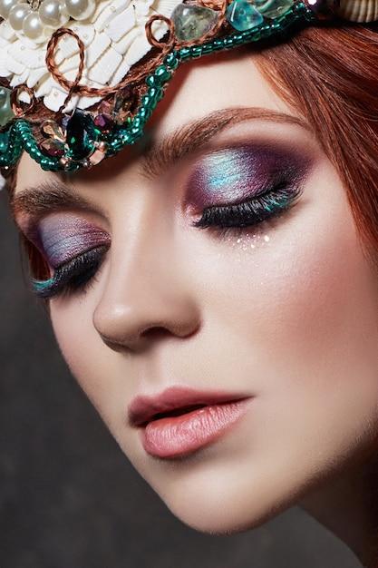Roodharige meisje met lichte make-up en grote wimpers Premium Foto