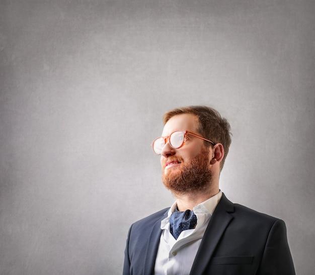 Roodharige zakenman draagt een bril Premium Foto