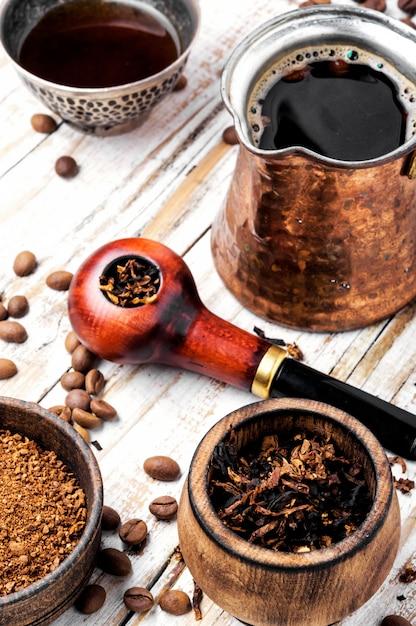 Rookpijp en koffie Premium Foto