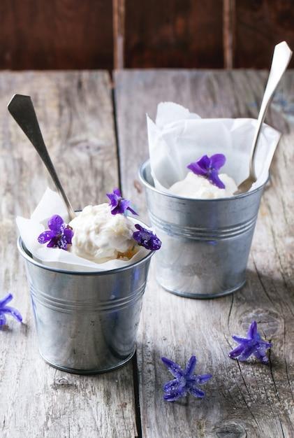Roomijs met gesuikerde viooltjes Premium Foto