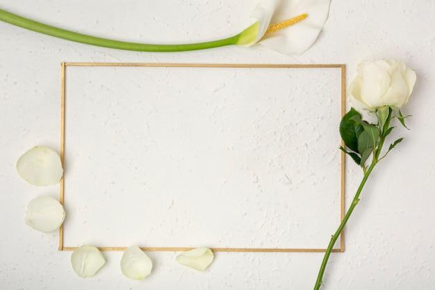 Roos en calla lelie frame met bloemblaadjes Gratis Foto