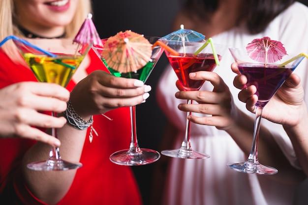 Roosteren met cocktails op feest Gratis Foto