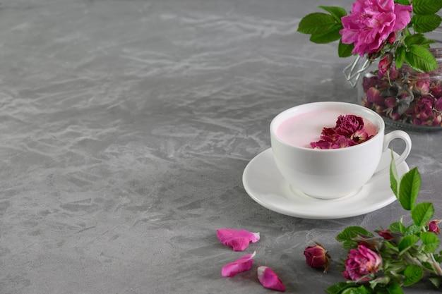 Rose moon melk in glazen op grijze achtergrond. vooraanzicht. detailopname. Premium Foto