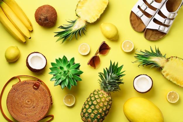Rotanzak, schoenen en gele vruchten op zonnige achtergrond Premium Foto