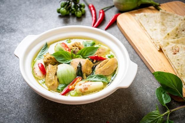 Roti en groene curry met kip Premium Foto