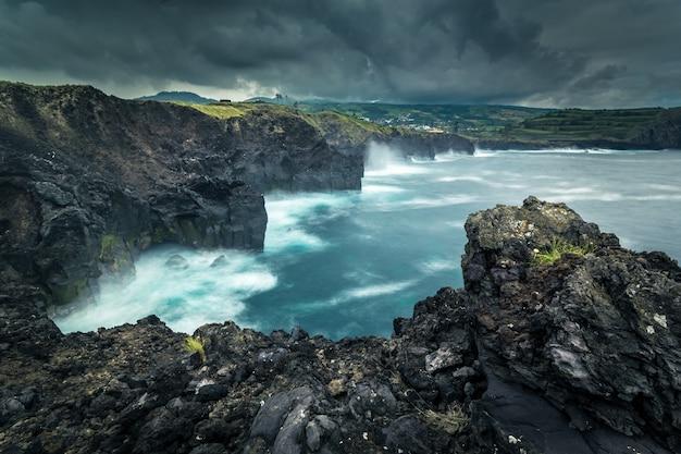 Rotsachtige kust. atlantische oceaan. asorez eiland san miguel. portugal. Premium Foto