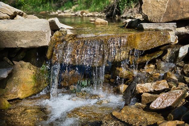 Rotsachtige stroom met watervallen in de karpaten Premium Foto