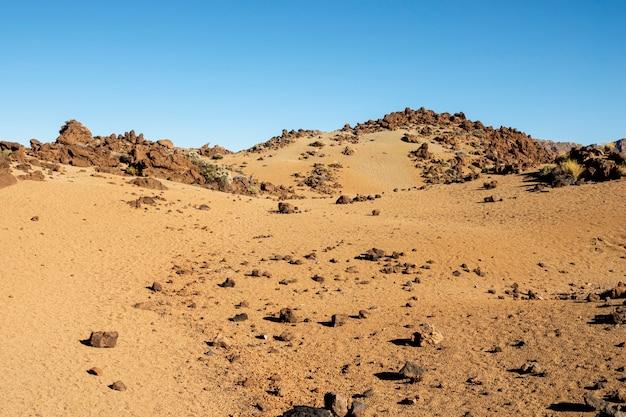 Rotsachtige woestijn met heldere blauwe hemel Gratis Foto