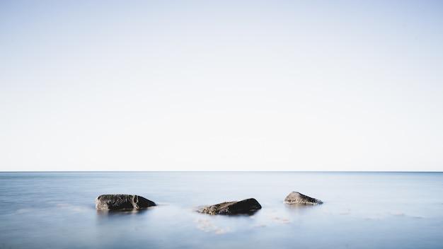 Rotsen in het midden van de zee Gratis Foto
