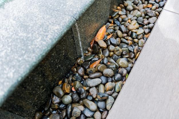 Rotsen naast het zwembad Premium Foto