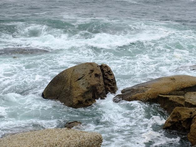 Rotsen op de storm op twaalf apostelen, atlantische oceaan, zuid-afrika Premium Foto