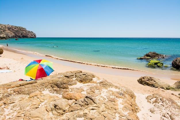 Rotsen op zandig praia do amado-strand, portugal Premium Foto