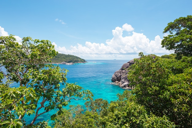 Rotsen, zee en blauwe lucht Premium Foto