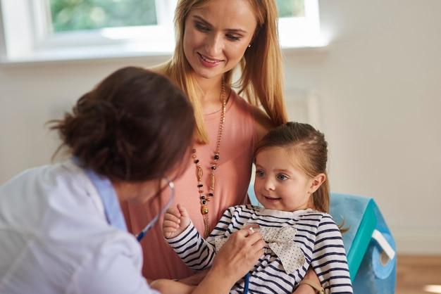 Routineonderzoek op het dokterspraktijk Gratis Foto