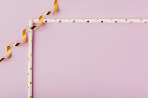 Roze achtergrond met lintframe Gratis Foto