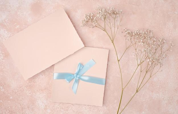 Roze arrangement met bruiloft uitnodiging Gratis Foto