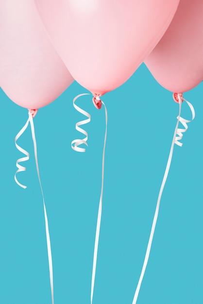 Roze ballonnen op blauwe achtergrond Gratis Foto