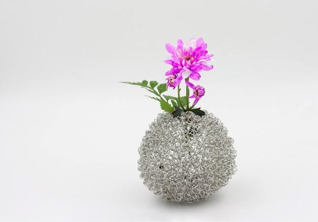 Roze bloemboeket in vaas op witte achtergrond Premium Foto
