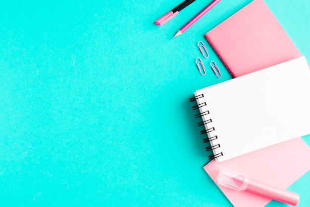 Roze briefpapier op gekleurd oppervlak Gratis Foto
