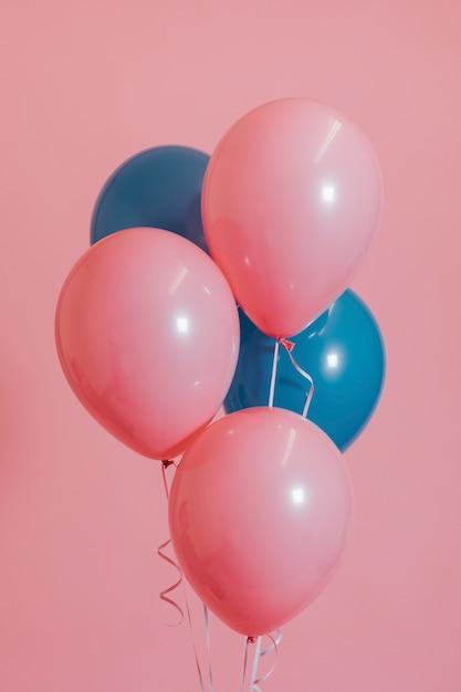 Roze en blauwe heliumballonnen Gratis Foto