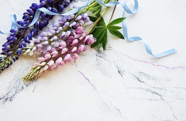 Roze en paarse lupinebloemen Premium Foto