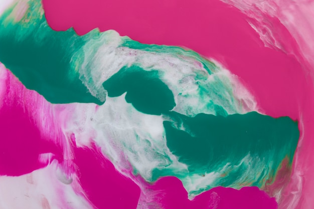 Roze en turquoise penseel streken grafische abstracte achtergrond op wit oppervlak Gratis Foto