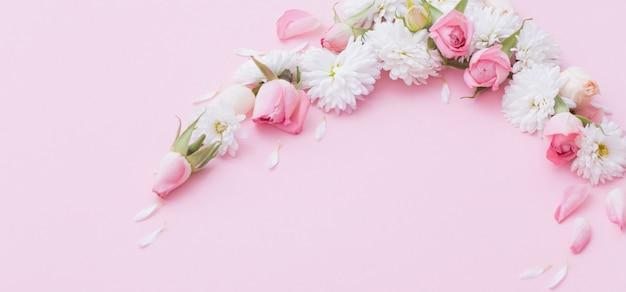 Roze en witte bloemen Premium Foto