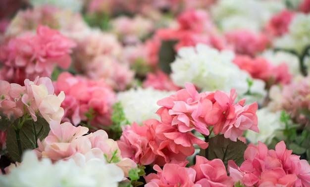 Roze en witte plastic bloemen. Premium Foto