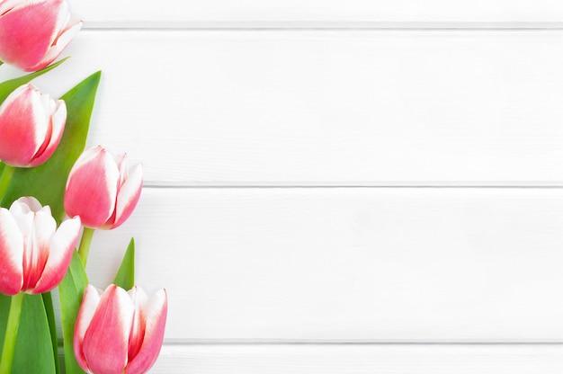 Roze en witte tulpen op een witte houten achtergrond. Premium Foto