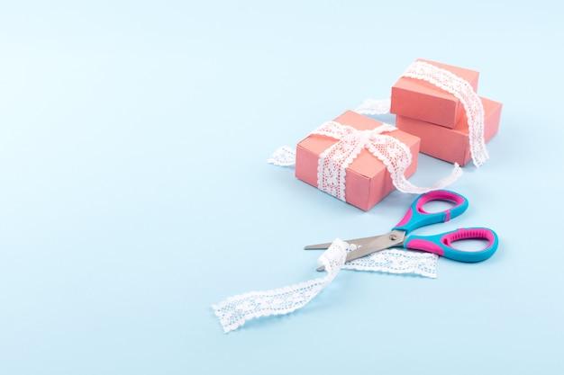 Roze geschenkdozen met kant en schaar Premium Foto