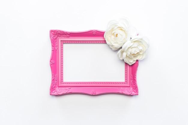 Roze kader witte bloembloem achtergrondwijnoogst Gratis Foto