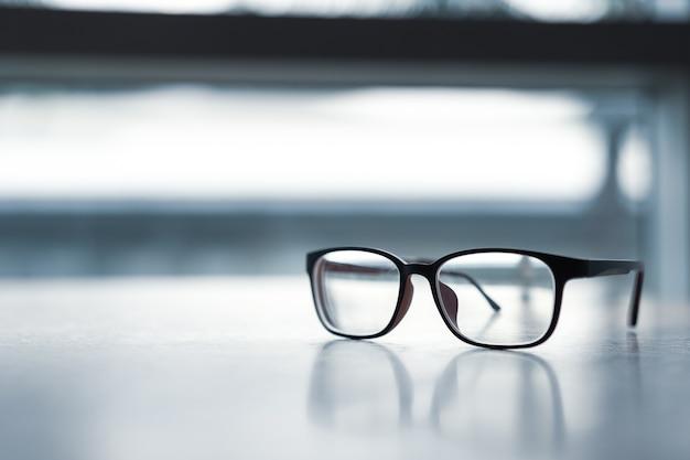 Roze klassieke bril op houten tafel. Premium Foto