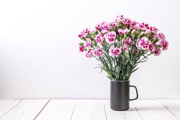 Roze lente bloem op hout backround Premium Foto