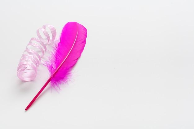 Roze lint en veer met kopie ruimte Premium Foto