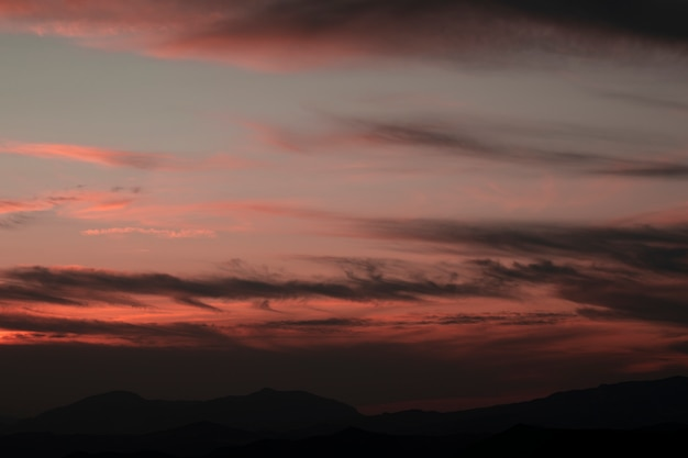 Roze lucht met witte katoenen wolken Gratis Foto