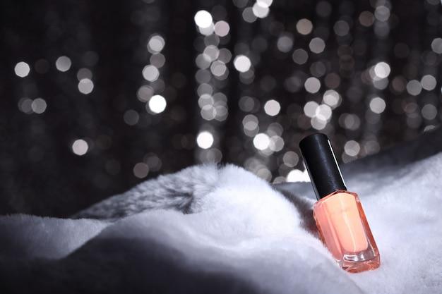 Roze nagel kleur op bont en zilver behang Premium Foto