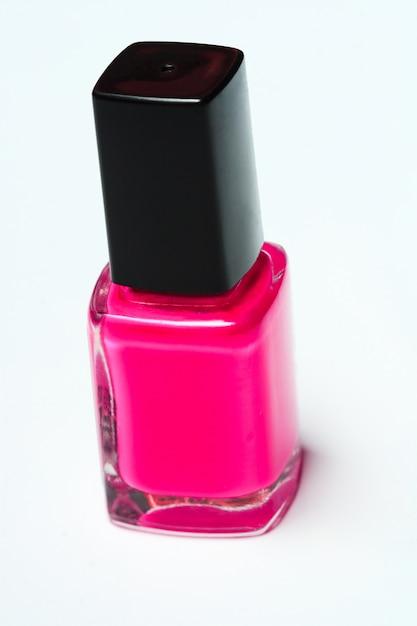 Roze nagellak op witte achtergrond Premium Foto
