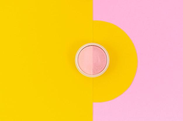 Roze oogsamenstelling op gele en roze achtergrond Gratis Foto