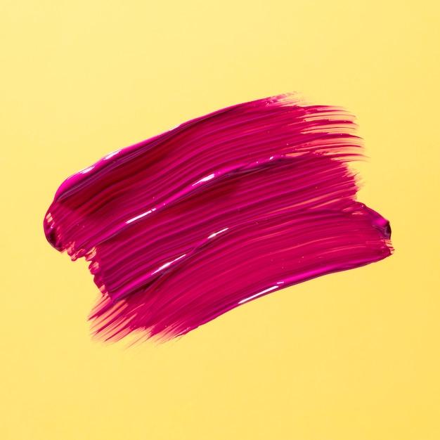 Roze penseelstreek met gele achtergrond Gratis Foto