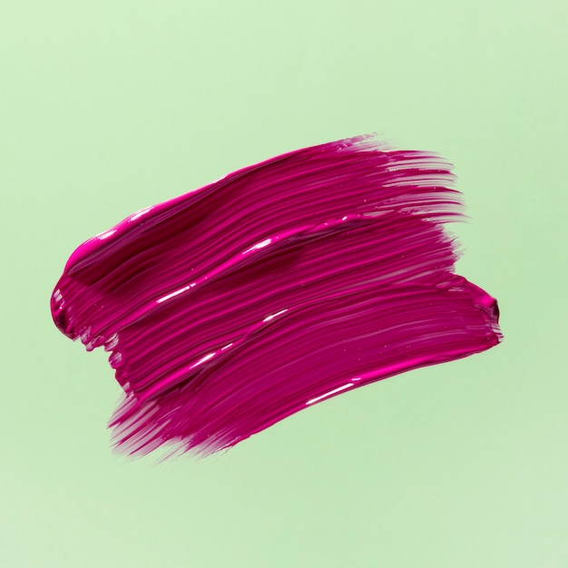 Roze penseelstreek met groene achtergrond Premium Foto