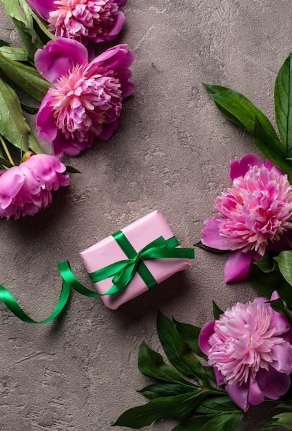 Roze pioen bloemen en geschenkdoos Premium Foto