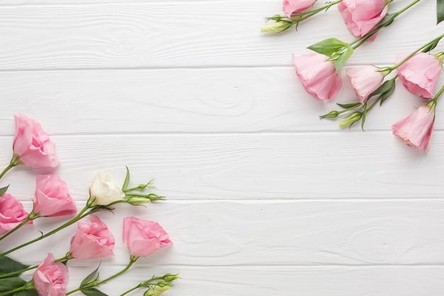 Roze rozen op een houten exemplaar ruimteachtergrond Gratis Foto
