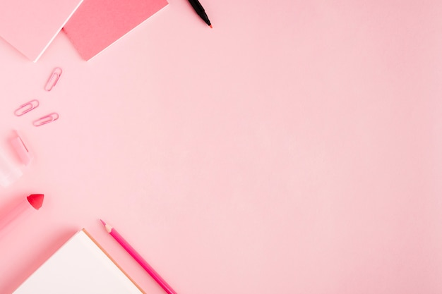 Roze school briefpapier op het bureau Gratis Foto