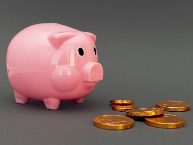 Roze spaarvarken met gouden munten Gratis Foto