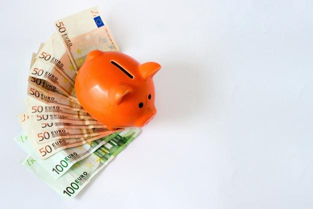 Roze spaarvarken op geld, euro rekeningen Gratis Foto