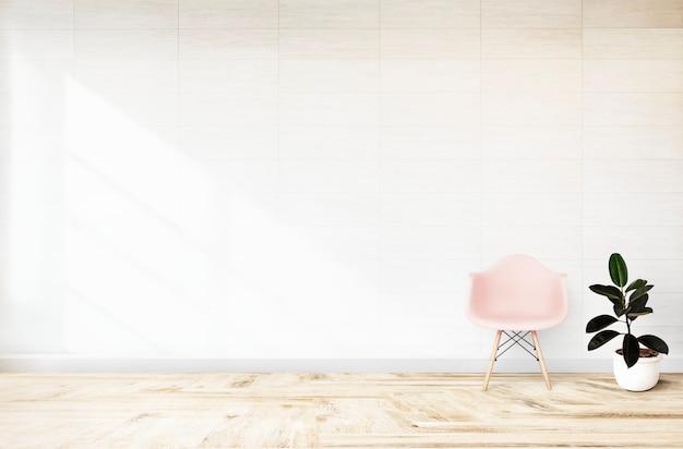 Roze stoel in een witte ruimte Gratis Foto