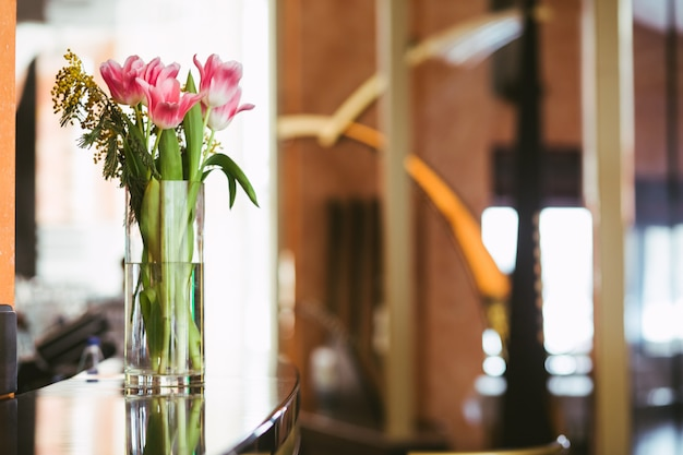 Roze tulpenboeket in vaas Premium Foto